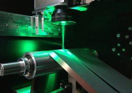 Hochpräzises Laserschneiden von Elektroden bei der Herstellung von Lithium-Ionen-Batterien auf einer Anlage der Manz AG